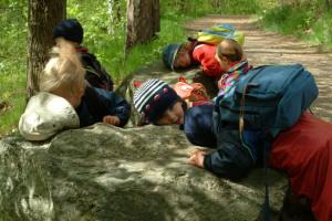 Barn_lyssnar på sten